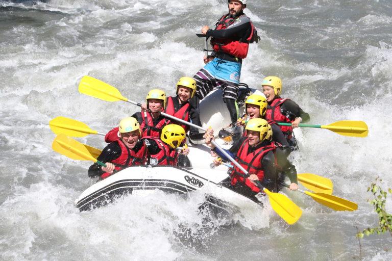 Personnes qui font du Rafting sur une rivière